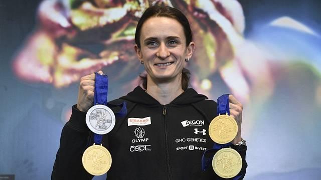 Martina Sáblíková se svými medailemi.