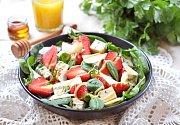 jahodovo-špenátový salát s plísňovým sýrem
