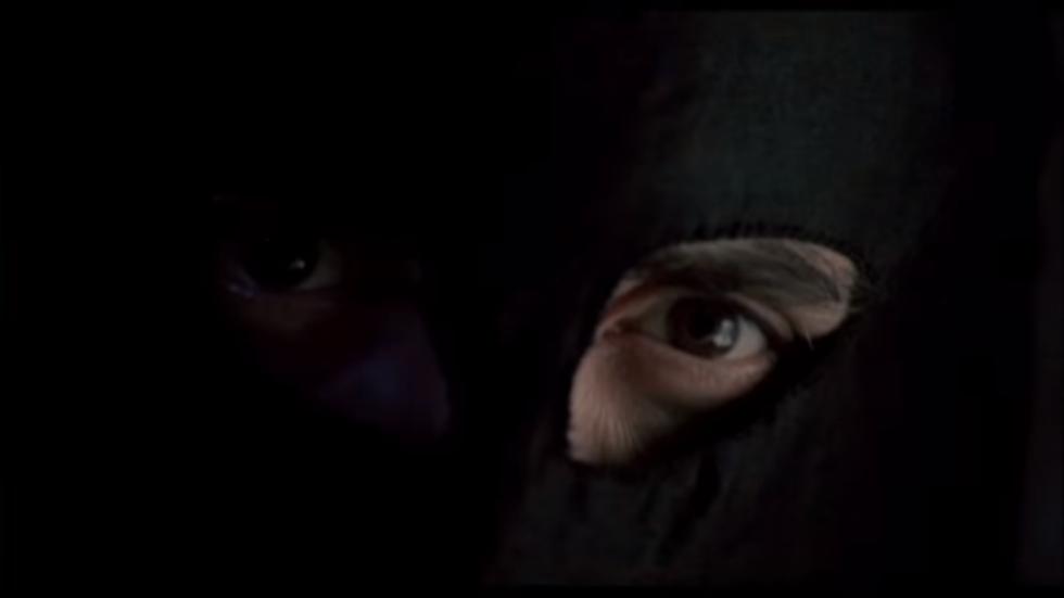 Vrah a únosce nosil černou masku, která mu vynesla přezdívku Černý panter