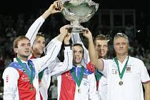 Čeští tenisté vyhráli slavný Davis Cup. Zleva Ivo Minář, Lukáš Rosol, Radek Štěpánek, Tomáš Berdych a kapitán Jaroslav Navrátil.