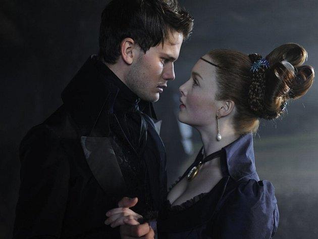 NĚCO Z DICKENSE. Nadějné vyhlídky slavného romanopisce jsou v pojetí Mikea Newella přesvědčivým obrazem Anglie za vlády královny Viktorie (Jeremy Irvine a Holliday Grainger).