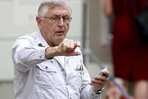 V sobotu oslaví režisér Jiří Menzel sedmdesáté páté narozeniny. V plné práci, při dokončování svého nového filmu Donšajni (na snímku Jiří Menzel při natáčení).