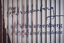 Prolínající se volební bilboardy Miloše Zemana a Karla Schwarzenberga 24. ledna v Praze.