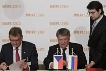 Milan Šimonovský ze Sigma Group a Miroslav Fiala ze Škoda JS podepsali dohodu o budoucí spolupráci při příležitosti založení Nuclear Power Alliance 18. června v Praze.