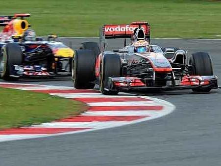 Na Lewise Hamiltona dotírá Sebastian Vettel.