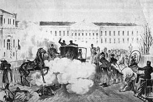 Scéna atentátu ze dne 13. března 1881 po explozi první bomby. Tu císař ve svém kočáře ještě přežil