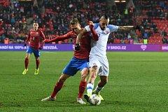 Kapitán české reprezentace Bořek Dočkal v souboji se slovenskou ikonou Markem Hamšíkem.