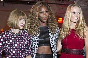 Zleva editorka módního časopisu Vogue Anna Wintourová a tenistky Serena Williamsová s Caroline Wozniackou na modní přehlídce v New Yorku.