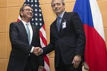 Stropnický se dnes v rámci bruselských jednání sešel se svým americkým protějškem Ashtonem Carterem.