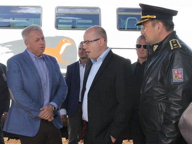 Premiér Bohuslav Sobotka společně s ministrem vnitra Milanem Chovancem navštívili v neděli kolem poledne vlakové nádraží v Břeclavi, potom se přesunuli k prohlídce stanového tábora pro uprchlíky v nedaleké Poštorné.