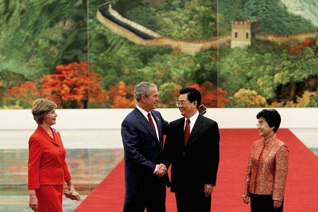 Čínský prezident Hu Jintao s manželkou přivítali na olympiádě prezidenta Bushe s ženou Laurou.