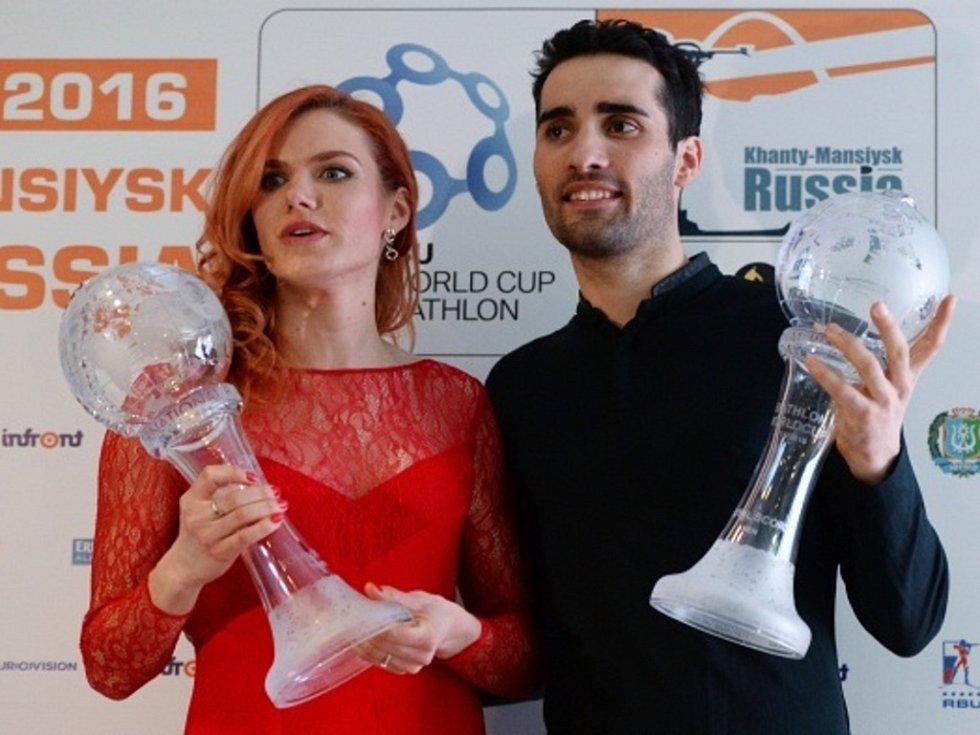 Biatlonové hvězdy: Gabriela Soukalová a Martin Fourcade s velkými glóby pro celkové vítěze Světového poháru.