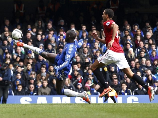 Demba Ba z Chelsea (vlevo) střílí gól proti Manchesteru United.