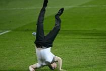 Akrobatický přídavek. Trenér Plzně Pavel Vrba oslavil výhru nad CSKA Moskva, která Viktorii zajistila účast v jarních bojích Evropské ligy, kotoulem vzad.
