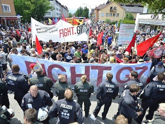 Demonstranti se střetli s policií.