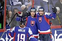 Hokejisté Slovenska (zleva) Michel Miklík, Tomáš Záborský a Roman Kukumberg s radují z gólu proti Francii.