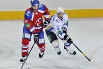 Jakub Klepiš z Lva Praha (vlevo) proti Barysu Astana.