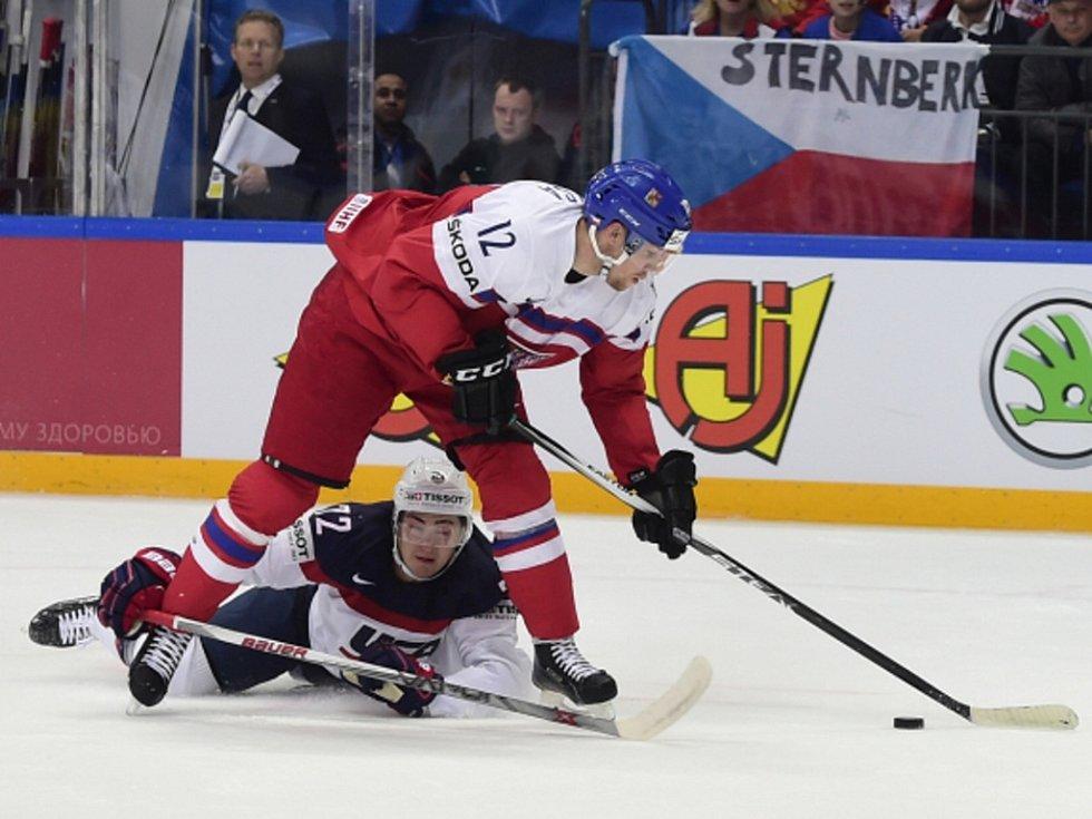 Radek Faksa (v červeném) a Frank Vatrano u USA.