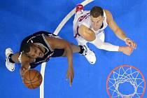 Boris Diaw ze San Antonia (vlevo) a Blake Griffin z LA Clippers.