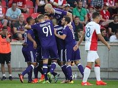 Idrissa Sylla slaví se spoluhráči první gól v síti Slavie.