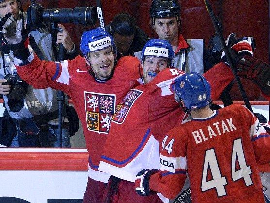 Čeští hokejisté porazili v dramatickém čtvrtfinálovém utkání na mistrovství světa ve Stockholmu domácí Švédsko 4:3.Zleva český útočník Milan Michálek (střelec) a obránci Jakub Nakládal a Miroslav Blaťák se radují z rozhodujícího gólu.