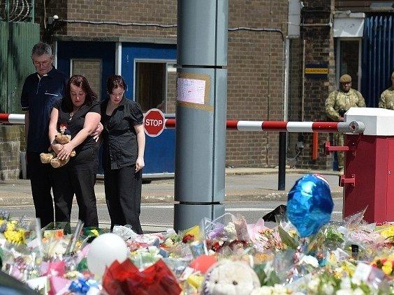 Matka zavražděného vojáka (uprostřed) na místě hrůzného činu