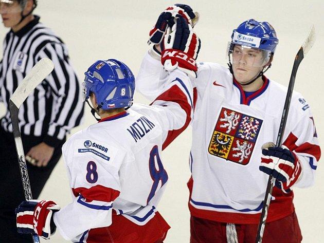 Vojtěch Mozík (vlevo) a Daniel Krejčí se radují z gólu na MS hokejistů do dvaceti let.