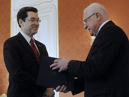 Nový americký velvyslanec v Česku Norman Eisen (vlevo) předal 28. ledna na Pražském hradě prezidentu Václavu Klausovi pověřovací listiny.