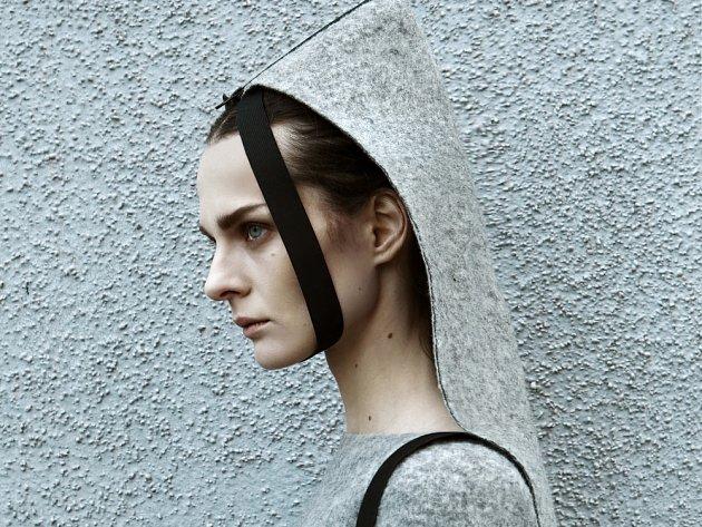 Ukázka šedočerné oděvní kolekce návrhářky Iriny Dzhus.