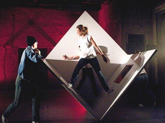 PŘEDSTAVENÍ MANSON projektu DOT504 a Teatr Novogo Fronta celý festival zahájilo v Experimentálním prostoru Roxy/NoD a nasadilo vysokou laťku celému letošnímu ročníku.
