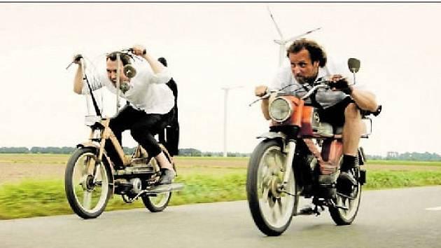 Na cestě. Christian (Lars Eidinger) a Georg (Bjarne Mädel) míří rychlostí 25 kilometrů v hodině za svobodou i sami za sebou.