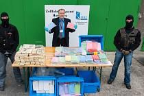 Němečtí celníci v Hamburku našli víc než čtvrt tuny čistého kokainu v lodní zásilce burských oříšků z Argentiny. Jde o největší zachycení drogy v posledních letech.