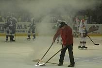 Olomouc dostala pokutu za to, že musel být zápas s Vítkovicemi přerušen kvůli vhozené dýmovnici na led.