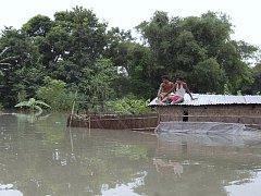 Indický Bihár postihly mohutné záplavy. Lidé čekají na záchranu ve vesnici Nack Kati.