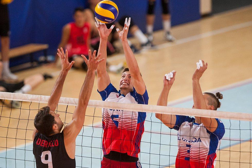 Přátelské utkání ve volejbale mezi reprezentačním výběrem České republiky a Kanady se odehrál 17. srpna v Jablonci nad Nisou. Na snímku jsou zleva Jason DeRocco a Michal Finger.