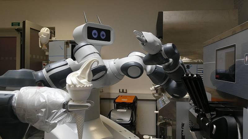 Robot při tréninku točení zmrzliny.