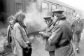 Kontrola občanského průkazu příslušníky Veřejné bezpečnosti ve Všetatech v lednu 1989.