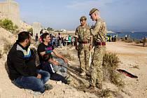 Uprchlíci směřující převážně z Blízkého východu do Evropy se dnes vůbec poprvé vylodili také na jedné ze dvou britských vojenských základen na Kypru, odkud startují letadla k útokům na pozice extremistické organizace Islámský stát na území Iráku.