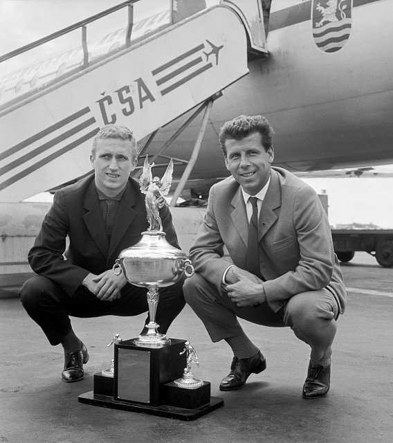 Český fotbal opustila legenda. Josef Masopust a František Knebort (vlevo) s Pohárem mezinárodní ligy USA po návratu v roce 1963