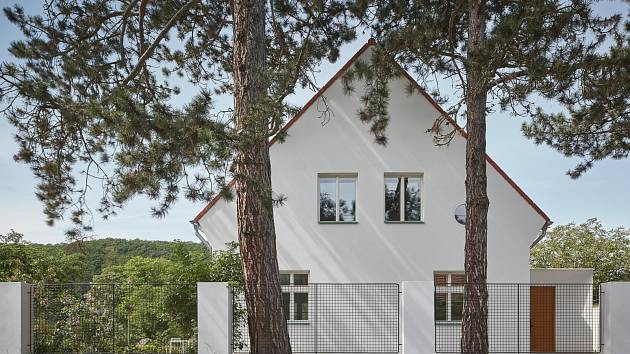 Během renovace dostala vilka novou omítku a střechu, měnily se také okenní výplně.