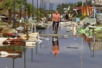 Následky bouře v Řecku - Muž projíždí po ulici pokryté troskami na řeckém poloostrově Chalkidiki, který ve středu zasáhly silné bouře s krupobitím.