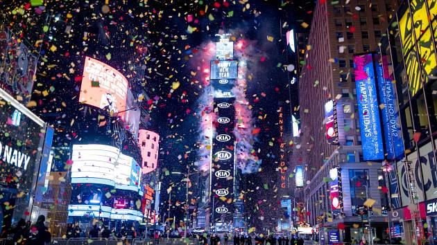 Na newyorské Times Square se letos směli podívat jen vybraní lidé. Uzavřenou oblast hlídala policie.