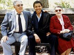 Barack Obama se svými prarodiči z matčiny strany Stanleym a Madelyn Dunhamovými na nedatovaném rodinném snímku.