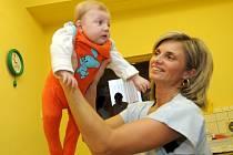 Svou premiéru má za sebou babybox v Městské nemocnici v Ostravě-Fifejdách. V pondělí odpoledne do něj někdo odložil přibližně tříměsíční holčičku. Dítě po spuštění zabezpečovací signalizaci okamžitě převzala lékařka.