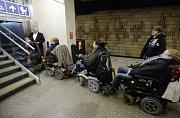 Lidé s invalidním vozíkem.