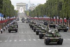 Vojenská přehlídka v Paříži.