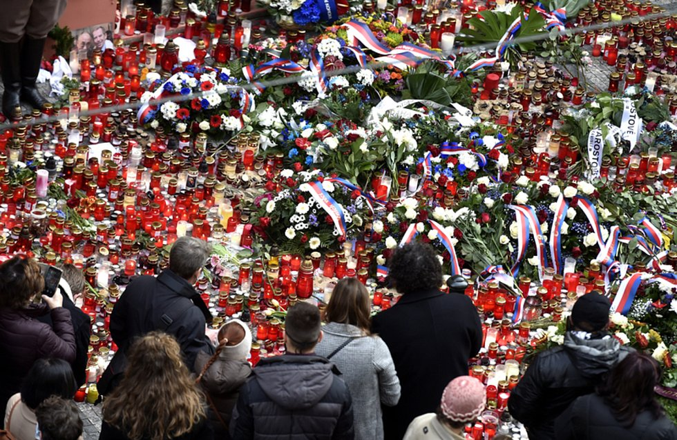 """Lidé přicházeli 17. listopadu 2020 zapálit svíčky a položit květiny k památníku 17. listopadu 1989 na Národní třídě v Praze. Kvůli pandemii koronaviru se program oslav známých jako """"Korzo Národní - Díky, že můžeme"""" přesunul na internet."""