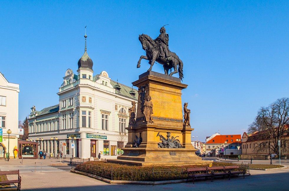 Starodávné město Poděbrady se nachází nedaleko Prahy v rovinatém údolí řeky Labe. Lázně byly založené už v 17. století.