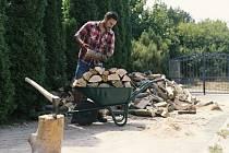 Pokud se rozhodnete pro zpracování větších kusů dřeva, jako jsou třeba klády nebo kulatina, bude správným pomocníkem výkonnější řetězová pila.