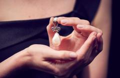 Šperk Marie Antoinetty se vydražil za 736 milionů